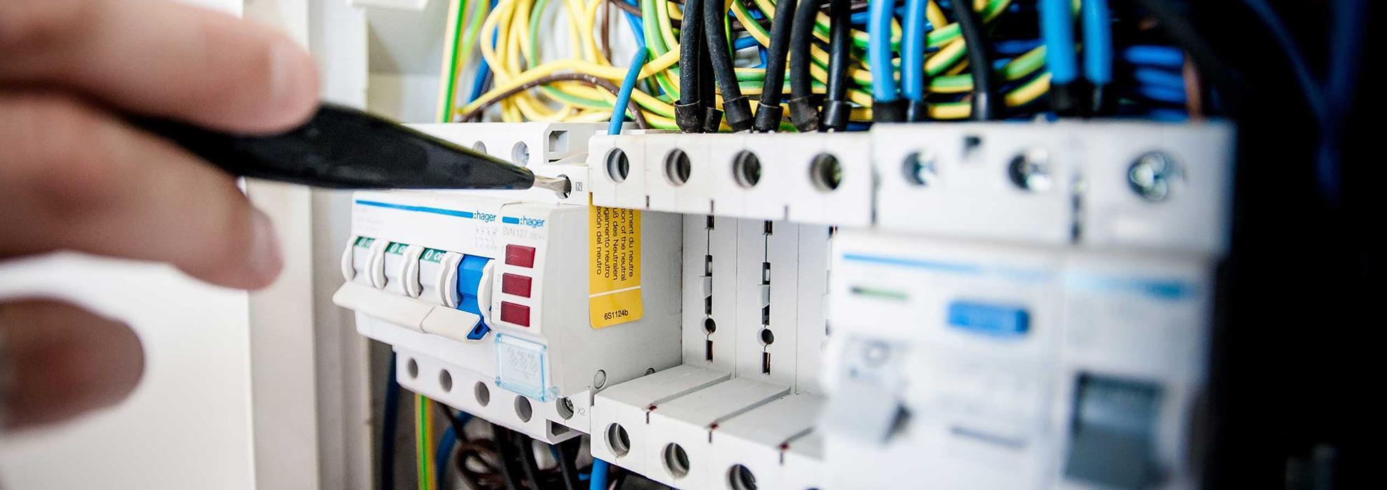 أنت بحاجة إلى كهربائي ذو خبرة يمكنه إصلاح جميع الأعطال الكهربائية بتكلفة رخيصة وبشكل صحيح